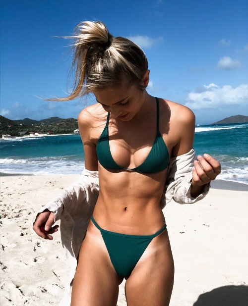 Girl notices bikini tan lines at beach